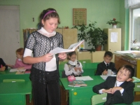Нуриева Ильнара (10 класс) проводит урок математики в 2 классе