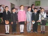 Учителей поздравляют ученики начальных классов