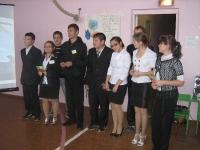 Учителей поздравляют старшеклассники