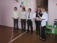 Учителей поздравляют учащиеся 8-9 классов